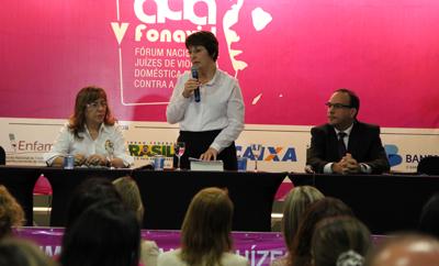 Senadora Ana Rita Esgário (PT-ES) proferiu palestra sobre os resultados da CPMI da violência contra mulher aos participantes do V Fonavid (Foto: TJES)
