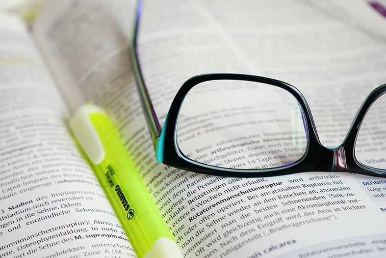 um óculos em cima de um livro