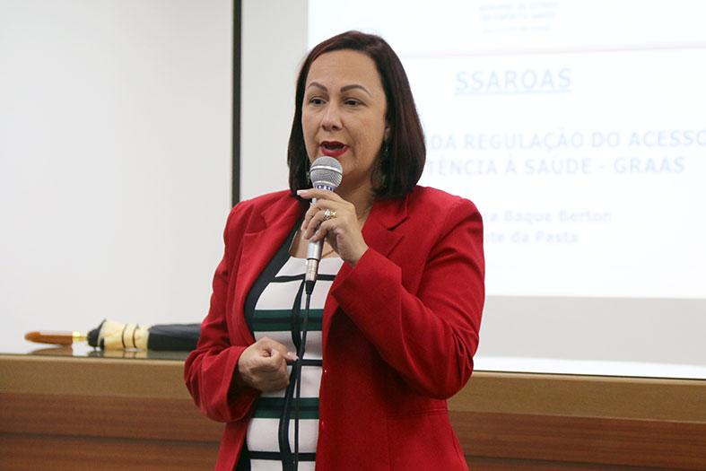 A Assistente Social Andréa Nobre discursando