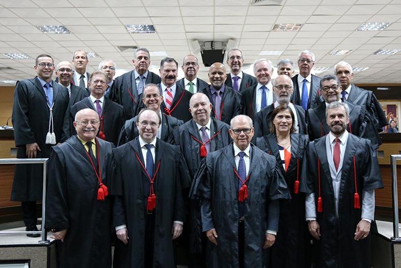 Desembargadores do TJES posam para foto no salão Pleno