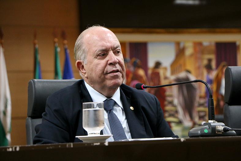 Desembargador Sergio Luiz Teixeira Gama discursa no salão do plano do TJES
