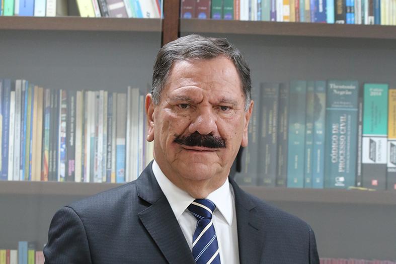 O futuro presidente do TJES, Desembargador Ronaldo Gonçalves de Sousa posa para foto em seu gabinete.