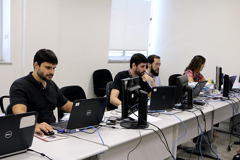 Servidores completam a última etapa de implantação do Sistema Eletrônico de Execução Unificado - SEEU em uma das salas da Corregedoria Estadual.