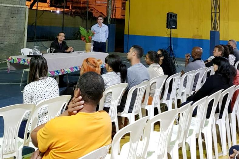 Juiz titular da 2ª vara da infância e da juventude, Dr. Eduardo Geraldo de Matos ministra palestra na Escola Estadual Lions Sebastião Paiva Vidaurre.