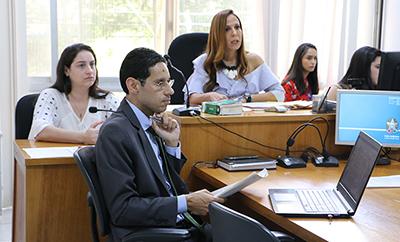 Dra Gisele acompanhada da promotora e do defensor público na sala de audiência