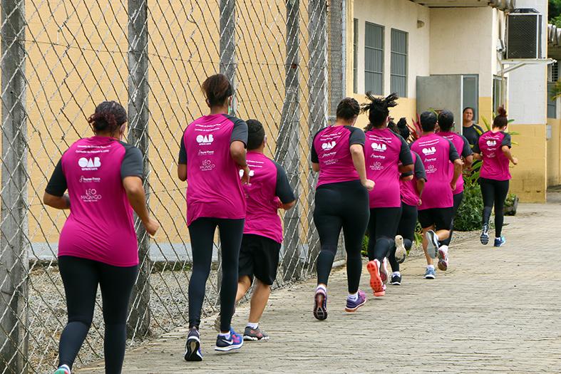 mulheres reeducandas do centro prisional feminino de cariacica praticando corrida vestidas com roupas de ginástica.