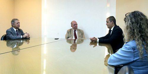 O Presidente do TJES, Desembargador Sérgio Luiz Teixeira Gama recebe o Presidente da Amunes, Gilson Daniel, prefeito de Viana.