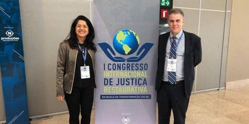 O desembargador Jorge Viana e a servidora Jacklane recebem prêmio no 1º congresso internacional de justiça restaurativa.