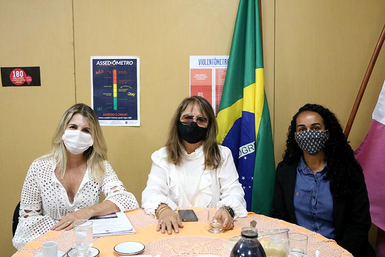 juíza coordenadora da coordenadoria de combate à violência doméstica e familiar drª hermínia azoury reunida em uma mesa redonda com a deputada federal Soraya Manato e comn a vice-prefeita de Vitória, Estéfane Ferreira.