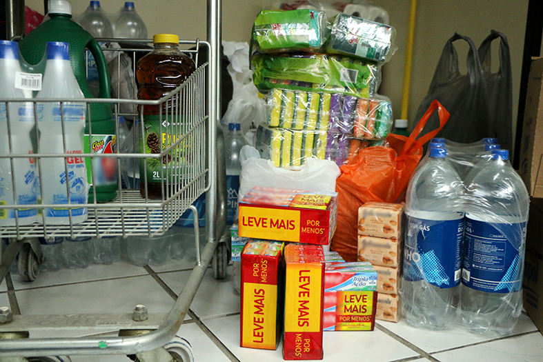 Vários produtos de higiene estocados.