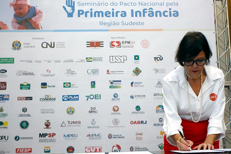 A juíza de direito Patrícia Neves assina o documento de adesão ao pacto pela primeira infância em são paulo