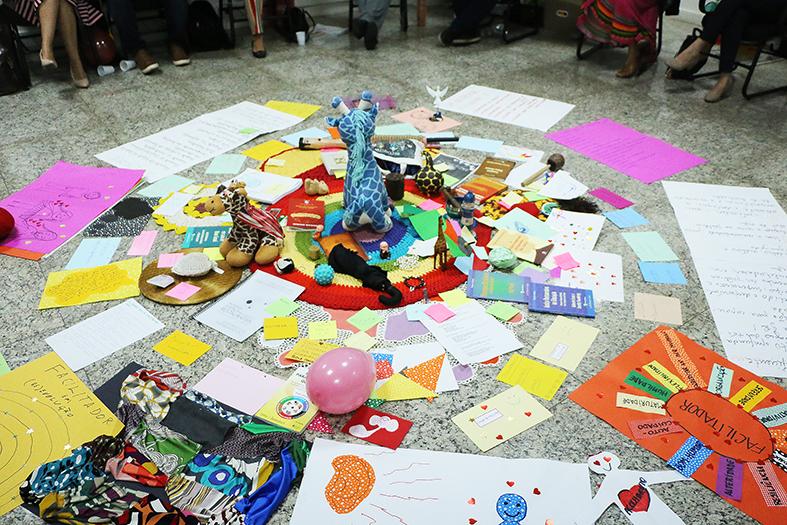 Várias objetos espalhados no chão para a prática do círculo