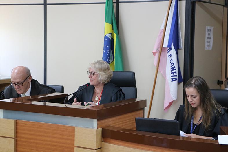 A desembargadora Elizabeth Lordes preside a sessão da 1ª Câmara Criminal na sede do TJES.
