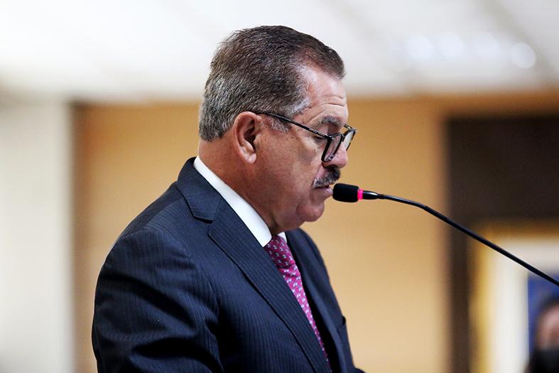 o ministro do STJ, Humberto Martins, um homem de pele morena, cabelos e bigode grisalhos fala ao microfone.