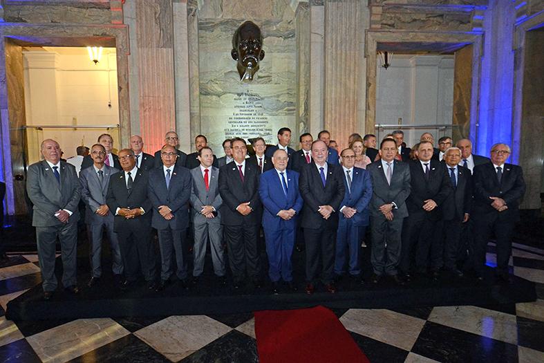 Presidentes dos TJ's de todo o Brasil posam juntos para uma foto na sede do TJBA.