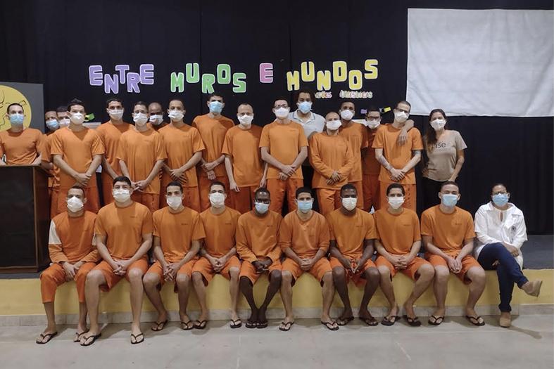 grupo de educandos do sistema prisional possa para foto.