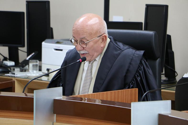 Juiz Raimundo Siqueira lendo um voto na sessão