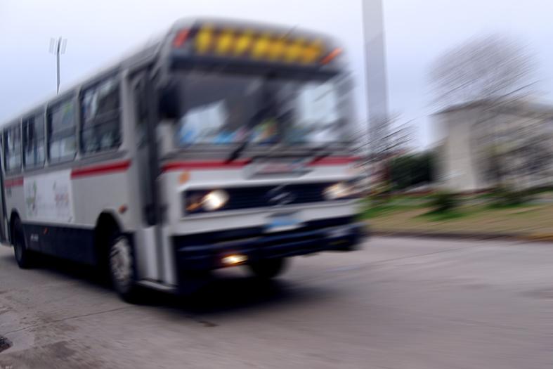 ônibus se deslocando por uma avenida.