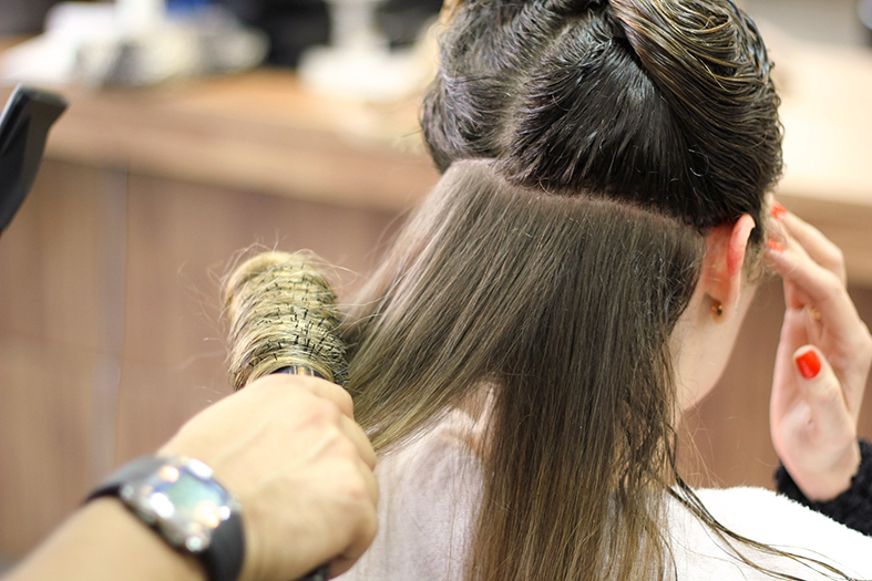 um secados de cabelo secando um cabelo