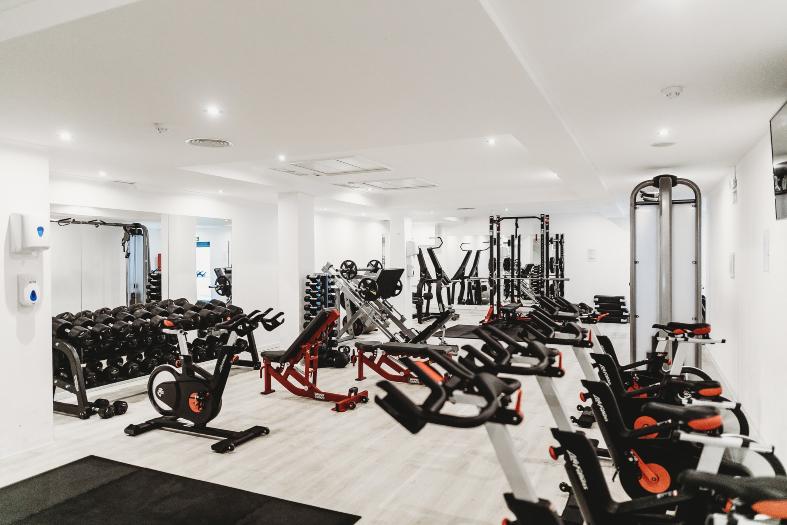 academia de musculação com diversos aparelhes de ginástica.