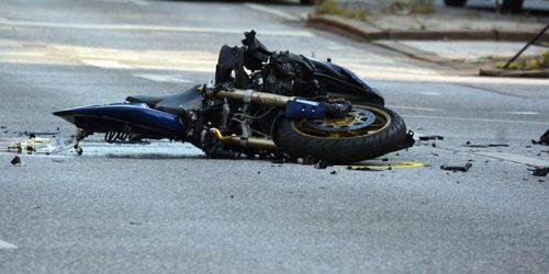 Motociclista que caiu em buraco desnivelado em via pública deve ser indenizada