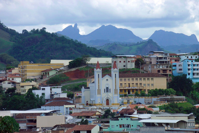 vista da cidade de Alegre/ES onde se destaca a igreja principal da cidade.