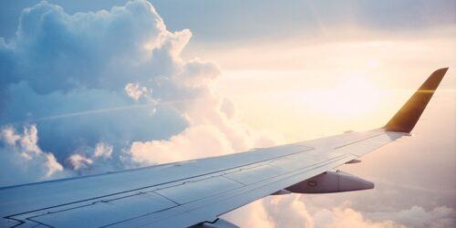Casal que viajava com a família deve ser indenizado após atraso de 24 horas em voo