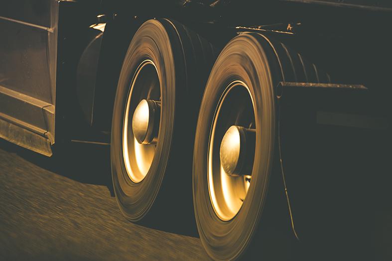 Detalhe de rodas de caminhão em movimento.