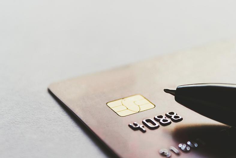 um cartão de crédito e uma caneta