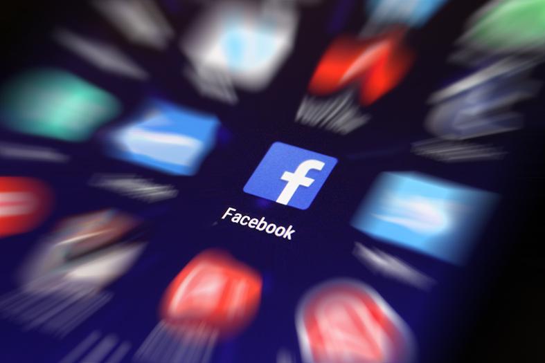 Ícone do facebook em tela de celular;