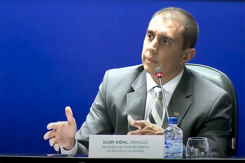 o analista de controle interno do Ministério Público da União (MPU) Igor Vidal Araújo palestrando em evento do ministério da defesa