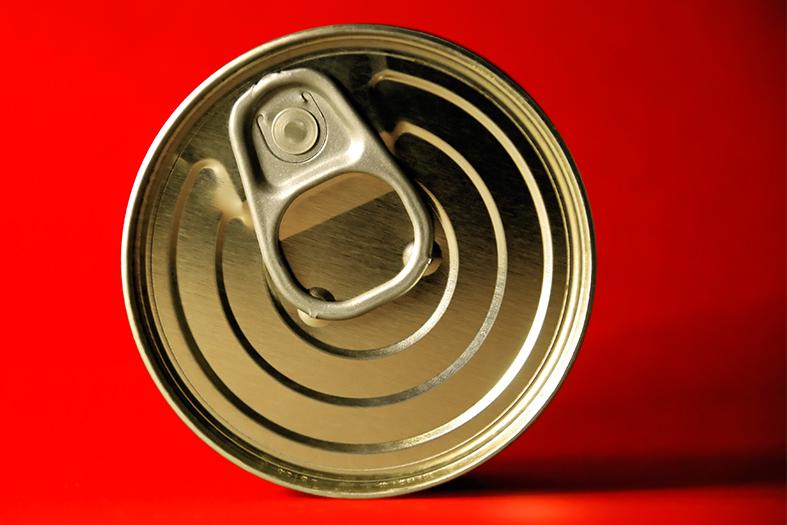 Tampo de uma lata de material metálico.