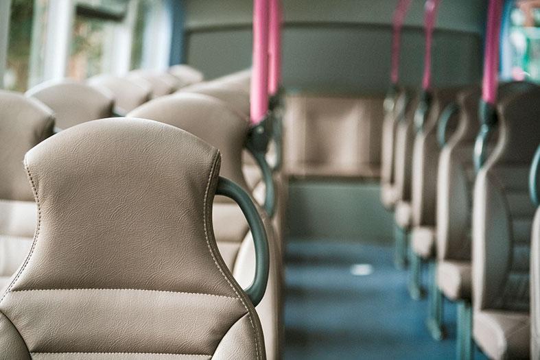 Interior de um ônibus com poltronas confortáveis