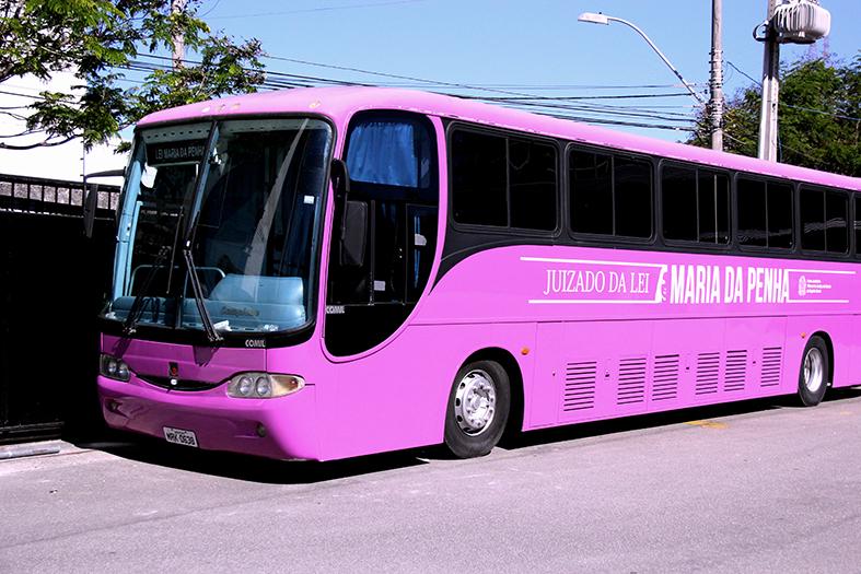 ônibus de cor rosada que faz ateendimentos jurídicos para mulheres vítimas de violência doméstica e familiar.