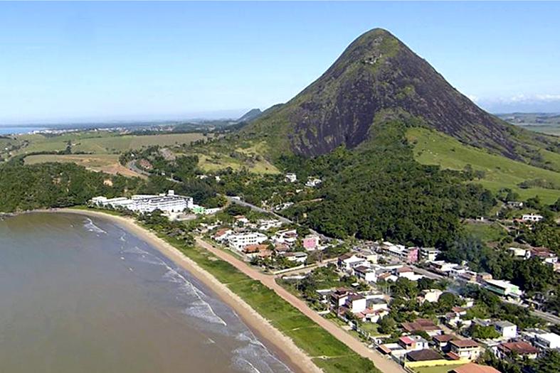 Fotografia aérea do litoral da cidade de Piúma, Sul do Estado do Espírito Santo.