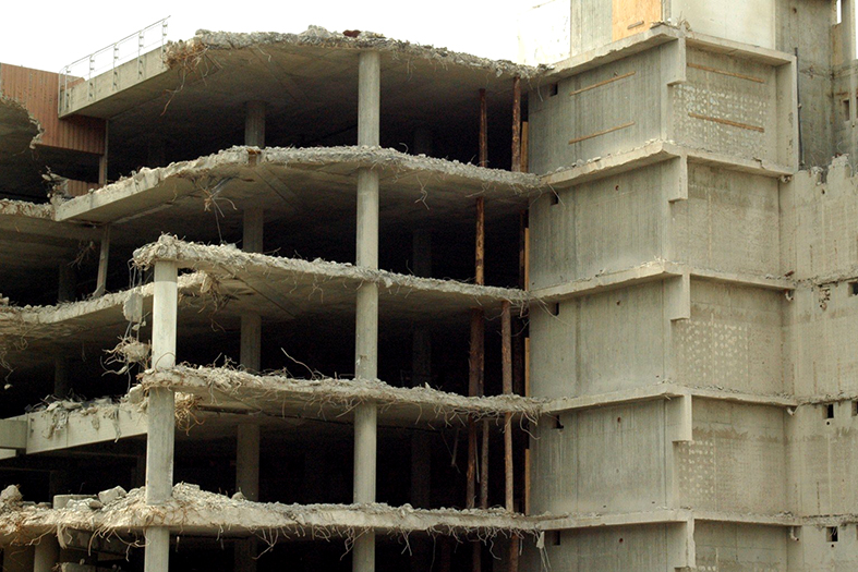 Edifício com umas das faces demolida.