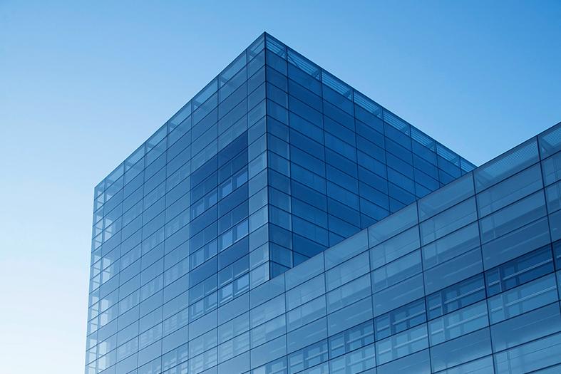 prédio em estrutura de ferro e vidro. é possível notar que o vidro é transparente.