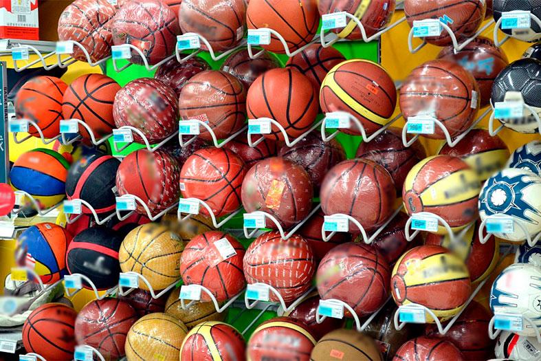 Várias bolas de basquete organizadas em estante